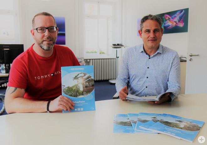 Von Links: Marcus Krispin und Bürgermeister Dirk Harscher bei der Vorstellung der Stadtinformationsbroschüre
