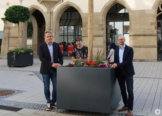 Von Links: Bürgermeister Dirk Harscher, Hausmeister Udo Diehr, Patrick Weiß vom Bauträger BPD